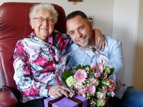 Bloemen voor 100-jarige mevrouw Visser