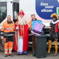 Sinterklaas met 'vuilniswagen' naar Dorpsschool