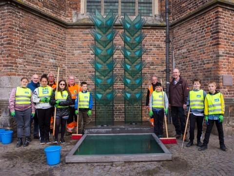 Kinderen maken Vredesmonument Doesburg schoon