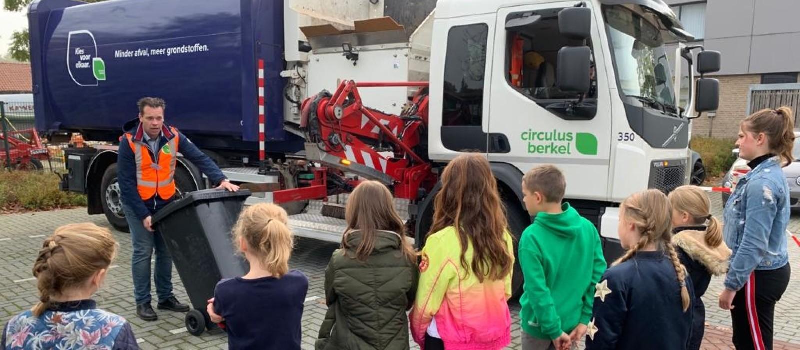 Roefelende kinderen leren over afvalscheiding