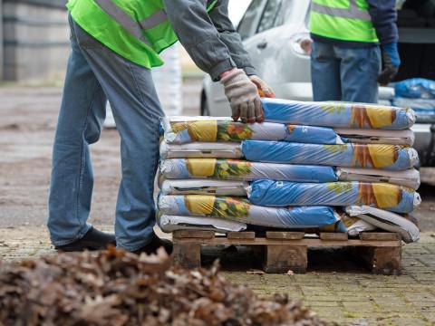 57.000 zakken compost uitgedeeld op winterse Compostdag
